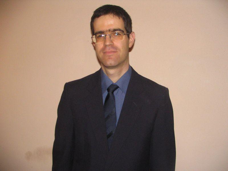 אהוד בחליפה  ועניבה כחולה.png