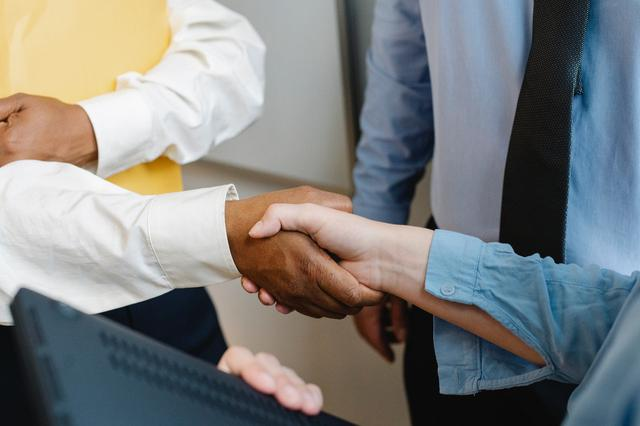 Bankruptcy attorney in Knoxville shaking hands with client.