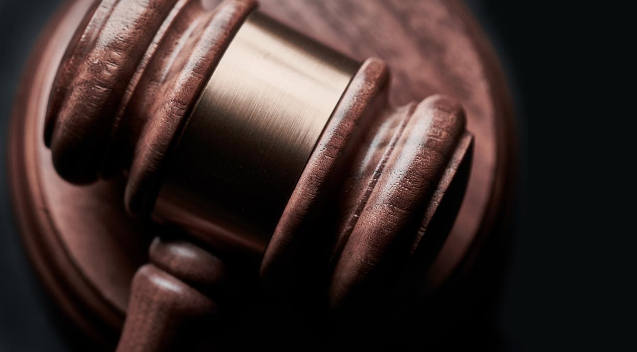 小木槌在黑色背景与复制空间. 概念为法律,律师,法官,法律,拍卖和律师.