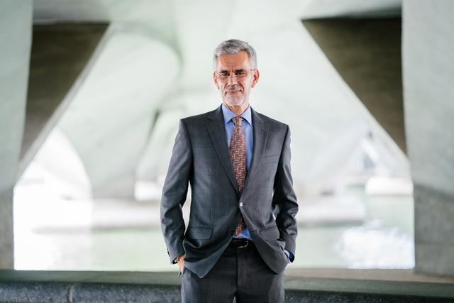 selective-focus-photograph-of-man-wearing-gray-suit-jacket-1138903.jpg