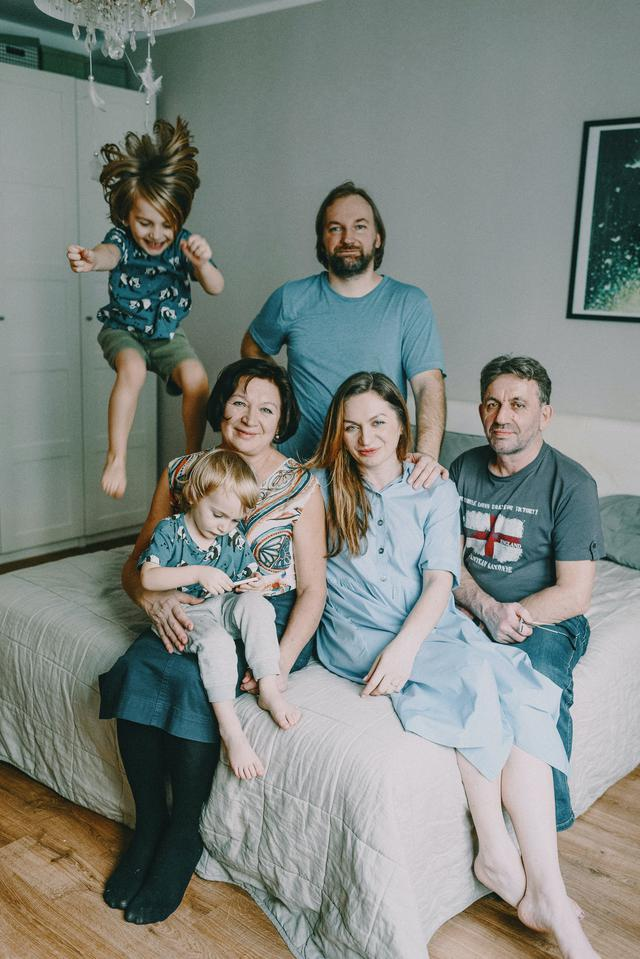 family-sitting-on-bed-3730990.jpg