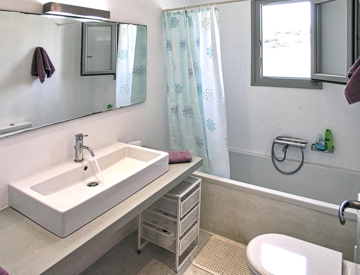 villa mella-upper bathroom.jpg