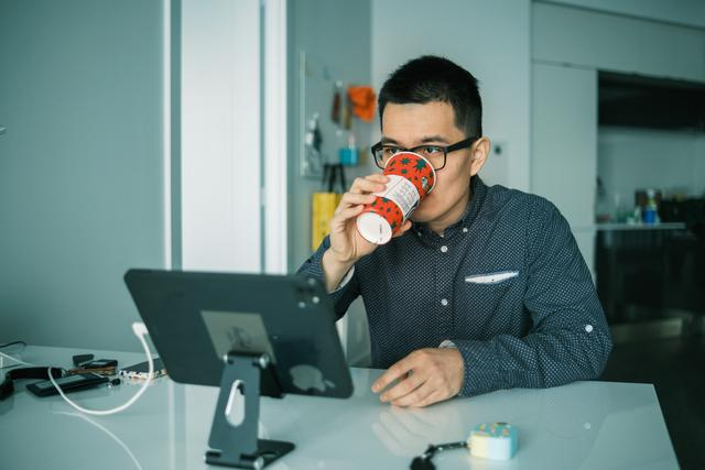 Man drinking coffee a a desk