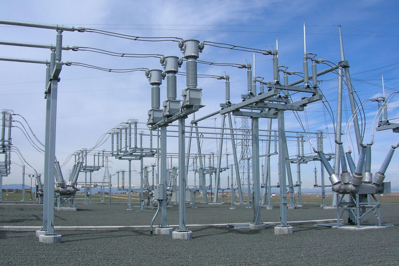 Bus_bars_and_inductive_filters_at_substation_near_Denver_International_Airport_Colorado_2006.jpg
