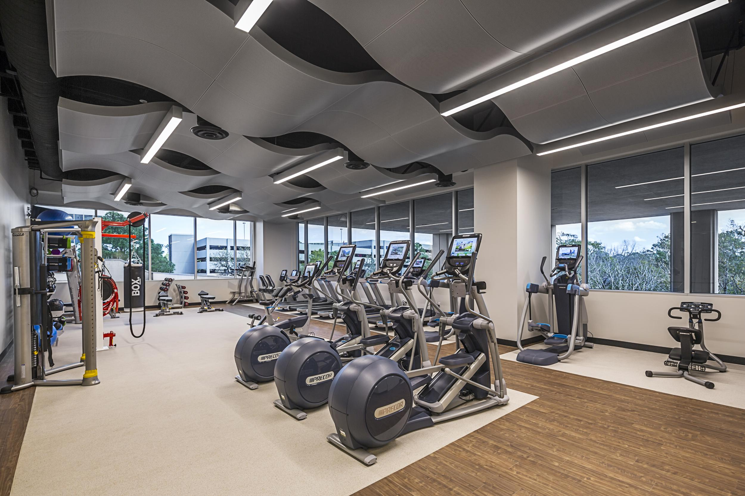 Your corporate office rental should come with high-end amenities, like a state-of-the-art fitness center.
