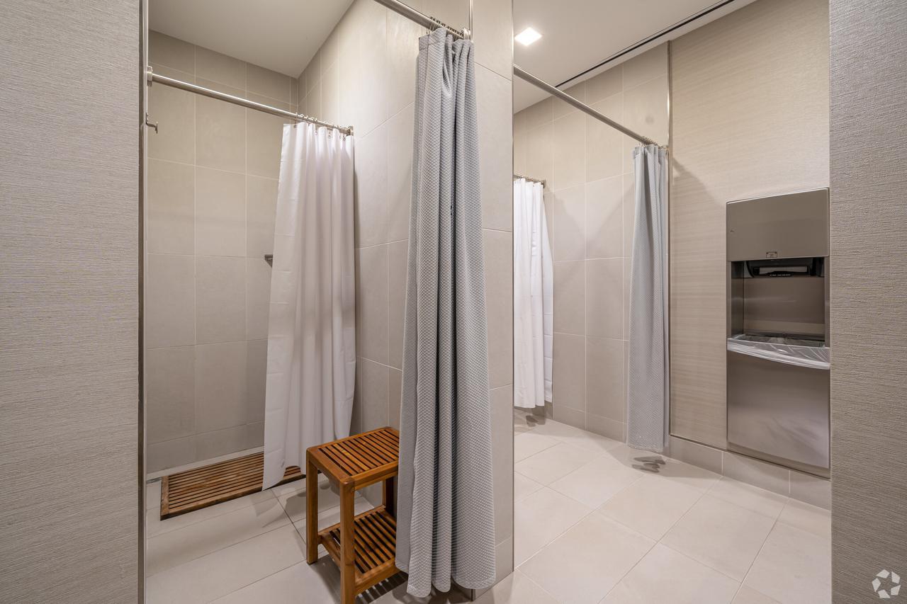 1233-west-loop-s-houston-tx-fitness-showers-9-largehighdefinition.jpeg