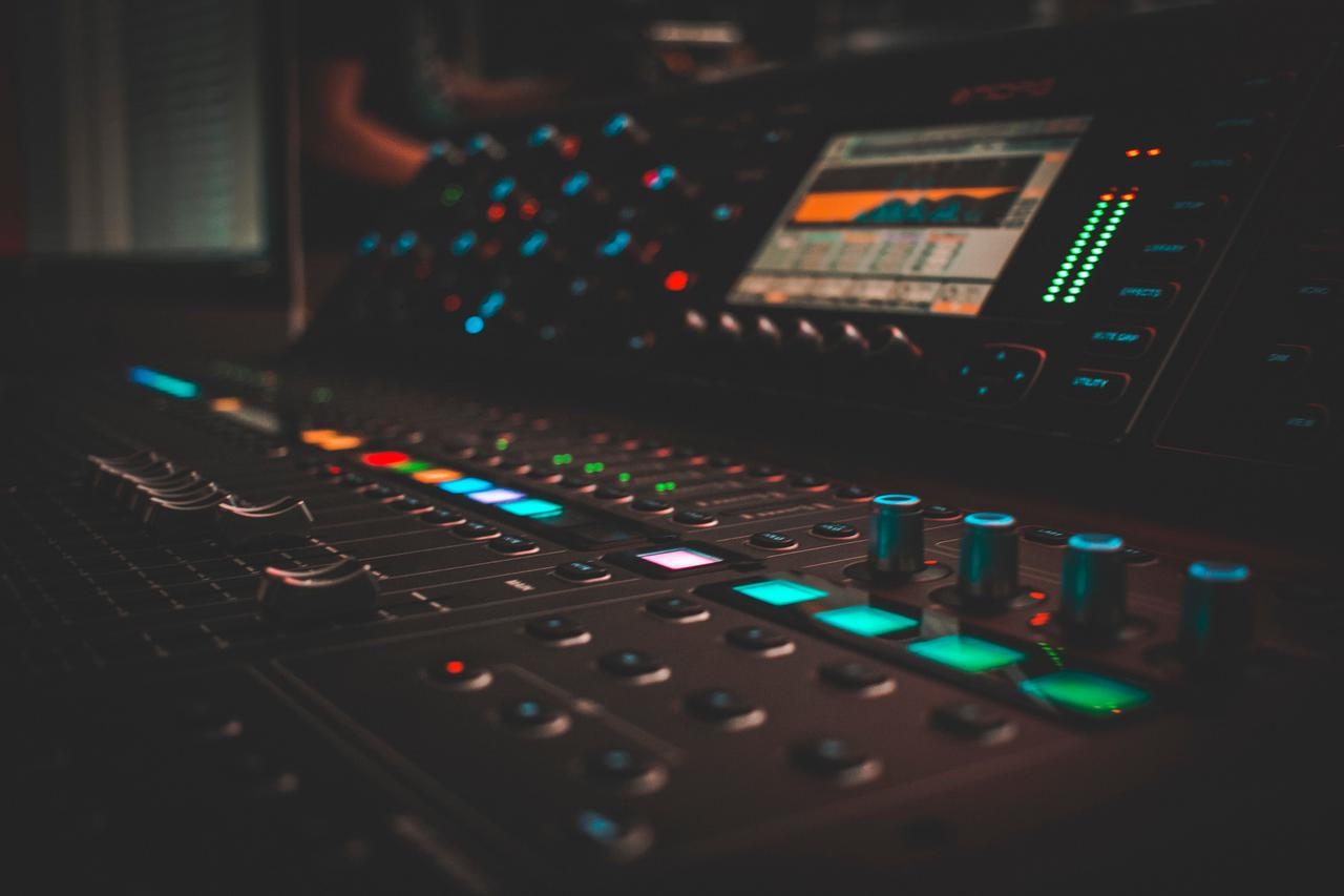 "<span style=""color:rgb(239, 124, 2)"">Recording Studio</span>"