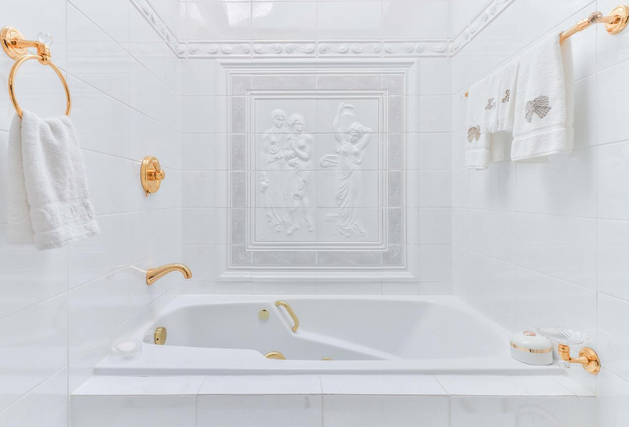 Replace or refinish: is bathtub refinishing worth it?