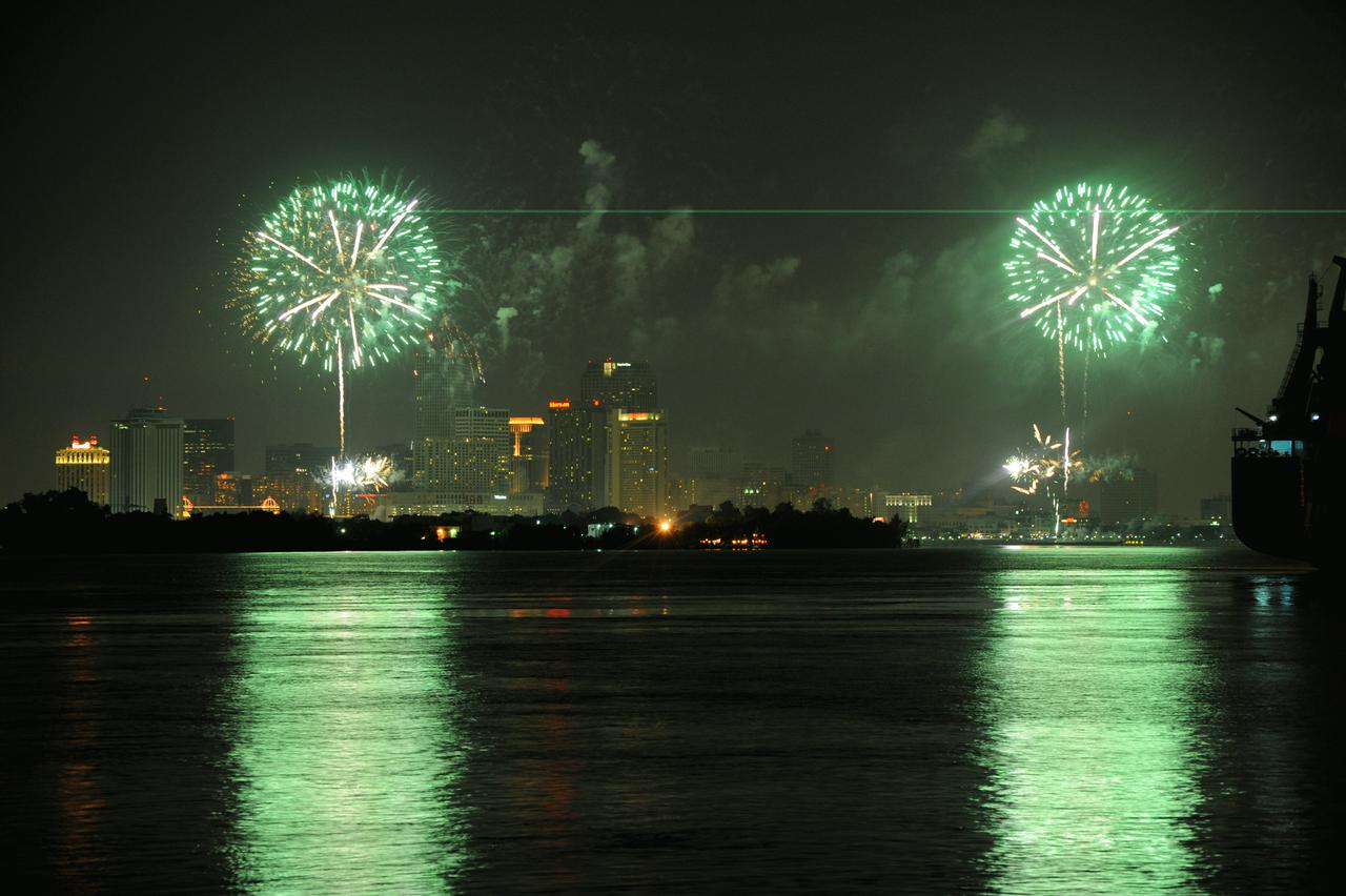fireworks_over_the_new_orleans_cbd_from_algiers_point.jpg