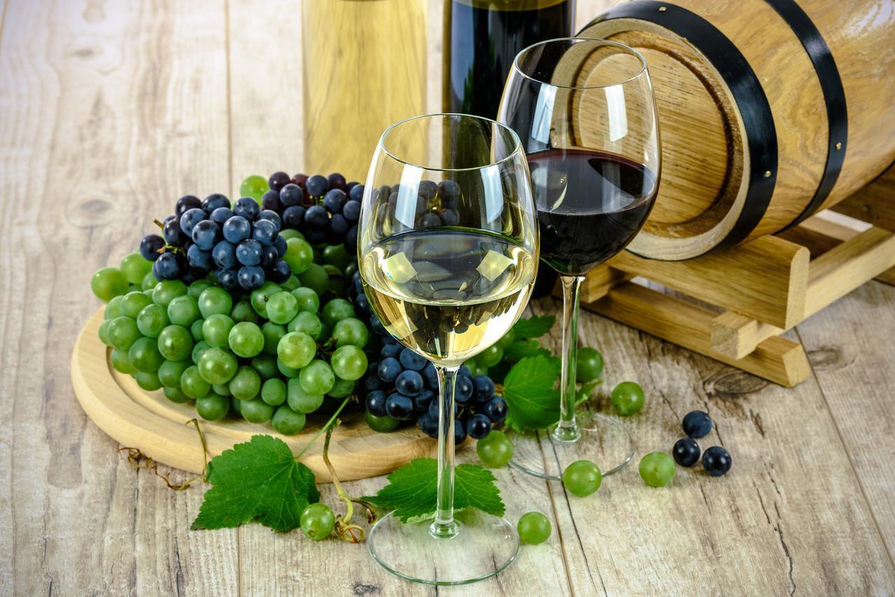 1559084373-wine-1761613_1920.jpg