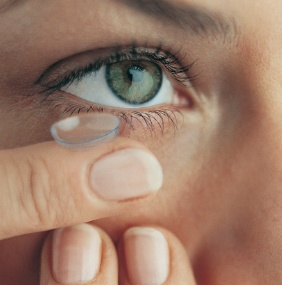 inserting-contact-lens.jpg