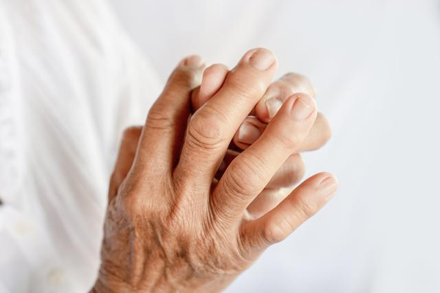 woman-hand-fingers-pain-suffering-from-gout.jpg