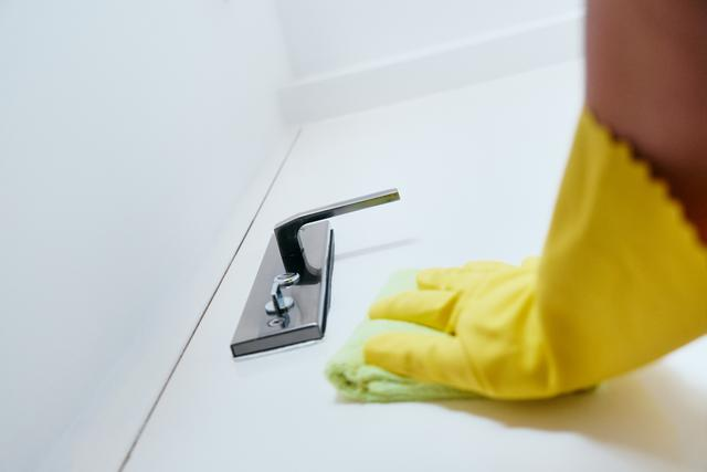 person-cleaning-and-disinfecting-door-handle-ntj99y5.jpg