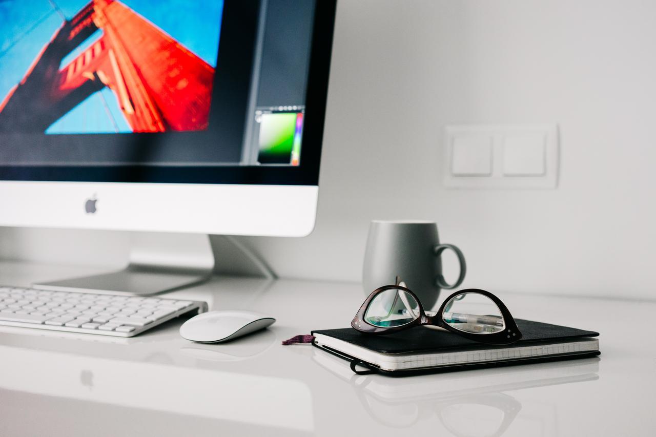 c475909a-147f-11e7-a0de-0242ac110019.office-home-glasses-workspace.jpg