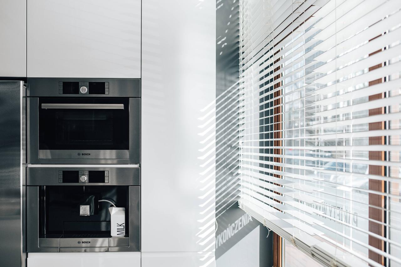 8c2d ac81 kaboompics Window blinds in a modern kitchen