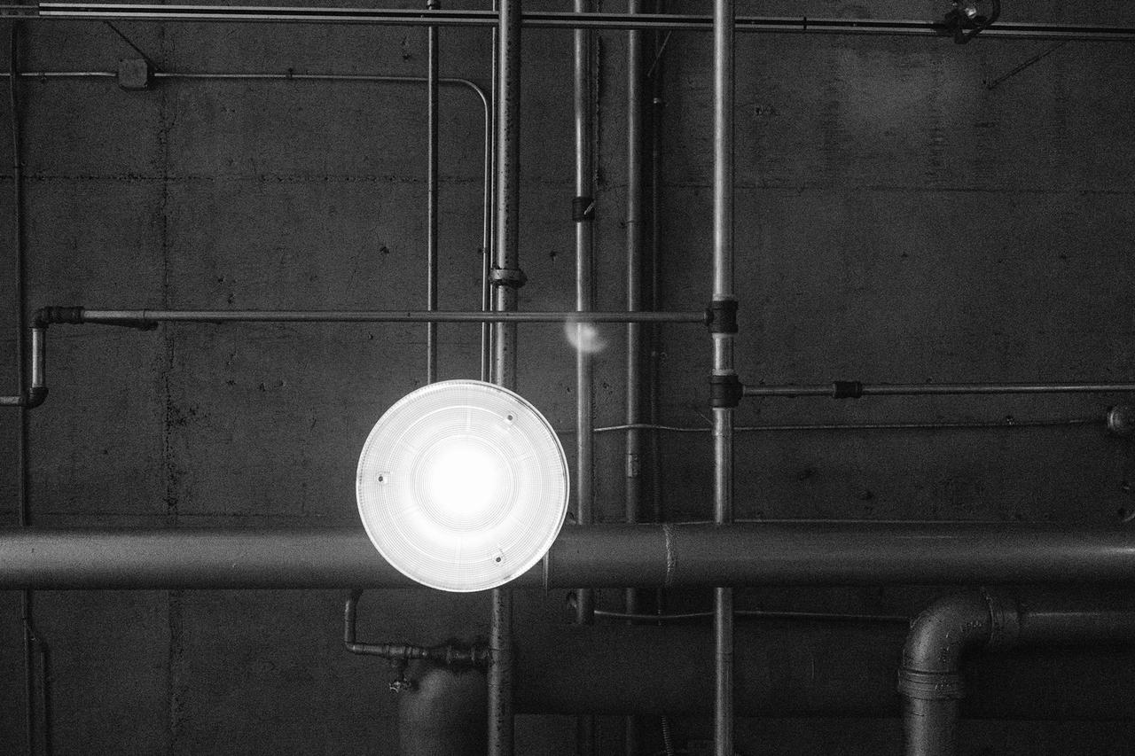 610399a0-1559-11e7-9e29-0242ac11000d.black-and-white-industry-factory-lamp.jpg