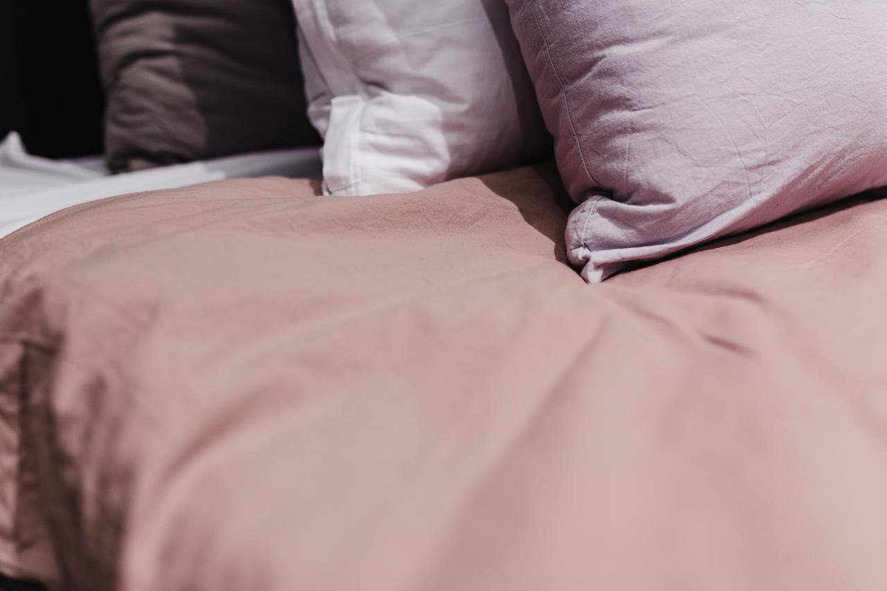 d84e830a-9e50-11e7-9e01-0242ac110003-kaboompics_Large_bed_with_pillows_and_soft_sheets.jpg