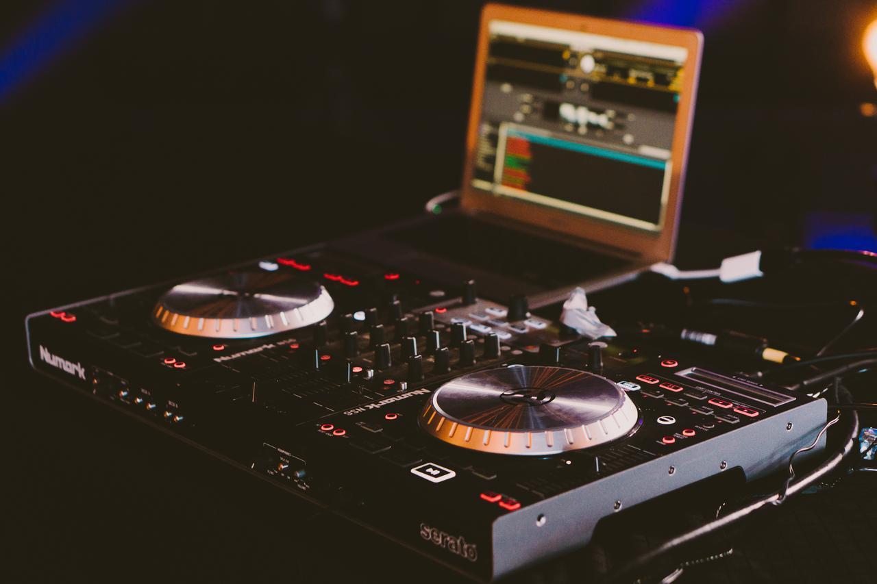 dj s black turntable